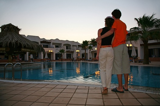 6 Tips for Enjoying a Romantic Poolside Night with Your Partner