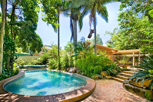 Tips for Creating a Tropical Look for Your Swimming Pool